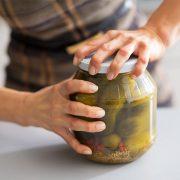 Ξεκολλήστε το καπάκι από ένα «πεισματάρικο» βάζο εύκολα!