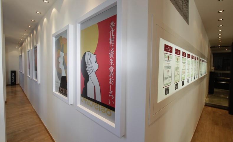 Θαυμάσιες αφίσες και εικαστικά από τη μακρόχρονη ιστορία της ιαπωνικής μάρκας κοσμούν τους τοίχους