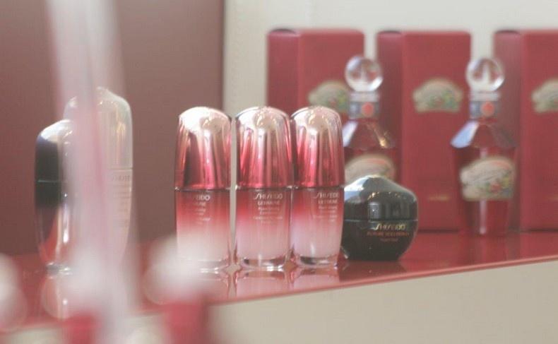 Στο πίσω μέρος, τα κομψά μπουκαλάκια της ξεχωριστής κόκκινης λοσιόν για το δέρμα, Eudermine, η οποία δημιουργήθηκε πριν 115 χρόνια και πήρε το όνομά της από τις ελληνικές λέξεις «ευ» και «δέρμα»!