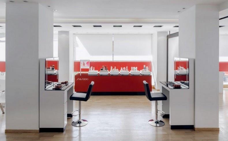 Οι μίνιμαλ γραμμές, η κυριαρχία του λευκού και ο συνδυασμός του κόκκινου εκφράζουν το ύφος της ιαπωνικής μάρκας