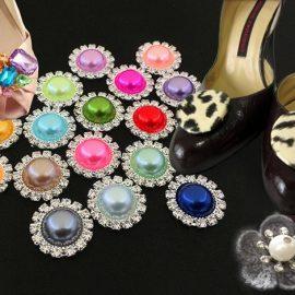 Μπορείτε να επιλέξετε κουμπιά με χρώματα, με κρύσταλλα, με λεοπάρ print ή πλεχτά κουμπιά, ανάλογα με το τι θέλετε να είναι το τελικό αποτέλεσμα