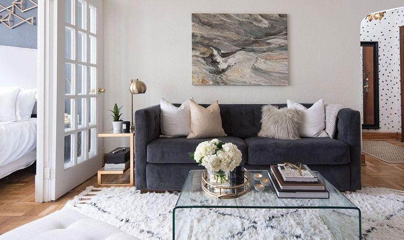 Μεγάλοι πίνακες και μεγάλα μονοκόμματα χαλιά ενισχύουν το ύψος και το πλάτος ενός χώρου