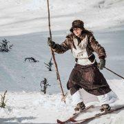 Νεαρή σκιέρ ντυμένη και εξοπλισμένη για σκι, όπως στις αρχές του 20ου αιώνα στο Kandersteg