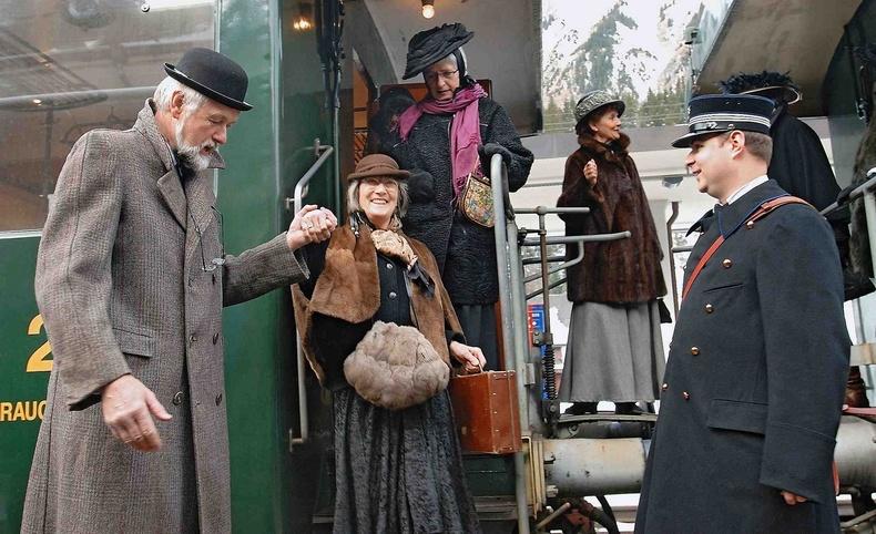 Φθάνοντας στον σταθμό του ιστορικού θέρετρου στις ελβετικές Άλπεις, όπου όλοι οι επισκέπτες της εβδομάδας 24-31 Ιανουαρίου είναι ντυμένοι ανάλογα!