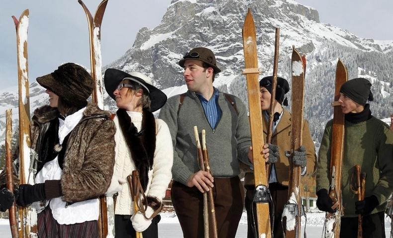Τα ξύλινα πέδιλα και μπαστούνια του σκι είναι ο εξοπλισμός των σκιέρ για την Belle Epoque Ski Week