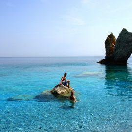 Τα καταγάλανα νερά και το μοναδικό τοπίο στην παραλία Λαλάρια