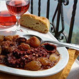Με θέα τη θάλασσα, χταπόδι στιφάδο, χωριάτικο ψωμί και κόκκινο κρασί