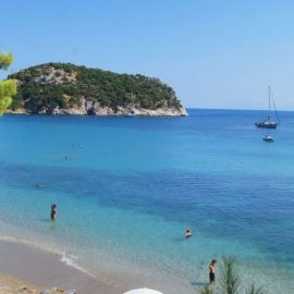 Η μαγευτική παραλία Στάφυλος με τα γαλαζοπράσινα νερά