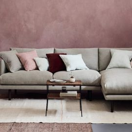 Ένας γωνιακός καναπές με λιτές και καθαρές γραμμές κάνει ένα δωμάτιο να δείχνει πιο τακτοποιημένο και μεγαλύτερο από ό,τι είναι