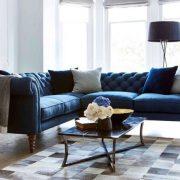 Αν ο χώρος το επιτρέπει, διαλέξτε έναν γωνιακό καναπέ μεγαλύτερων διαστάσεων και πολύ εντυπωσιακό