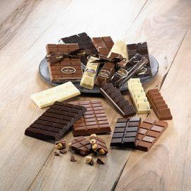 Οι σοκολάτες και τα σοκολατάκια δωδώνη έχουν βελούδινη, υπέροχη γεύση που οφείλεται στην εξαιρετικής ποιότητας πρώτης ύλη, ενώ είναι όλα χειροποίητα!