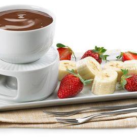 Μία απλή αλλά πάντοτε κομψή και λαχταριστή ιδέα είναι ένα φοντί σοκολάτας με φρούτα. Λιώστε πλάκες σοκολάτας δωδώνη και απολαύστε τις ημέρες των γιορτών με τους καλεσμένους σας!