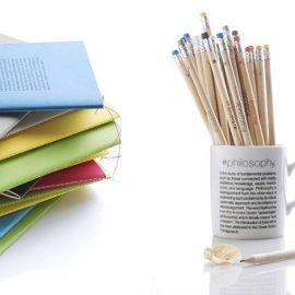 Μολυβοθήκες και σημειωματάρια σε διάφορα χρώματα