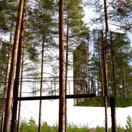 Το σπίτι «Mirrorcube» με εξωτερικό από καθρέπτη που αντικατοπτρίζει τα δέντρα και γίνεται κυριολεκτικά ένα με το δάσος