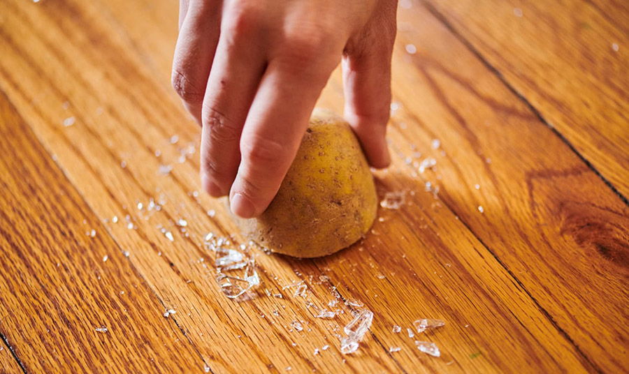 κόβουμε μία μεγάλη πατάτα στη μέση και πιέζουμε με κάθε μισό στα θραύσματα γυαλιού