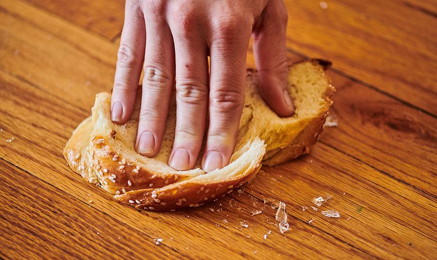 Γι' αυτό ο πιο σίγουρος και ασφαλής τρόπος για να μην κοπείτε όταν μαζεύετε κομμάτια από σπασμένο γυαλί είναι να τα «ταμπονάρετε» με μπόλικη ψίχα από ψωμί!