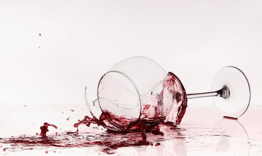 Τα κάνατε… γυαλιά-καρφιά; Πώς μαζεύουμε σπασμένα γυαλιά με ασφάλεια;