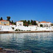 Το πανέμορφο και γραφικό νησί του Αργοσαρωνικού διατηρεί την παράδοση και την παλιά του αριστοκρατική αίγλη