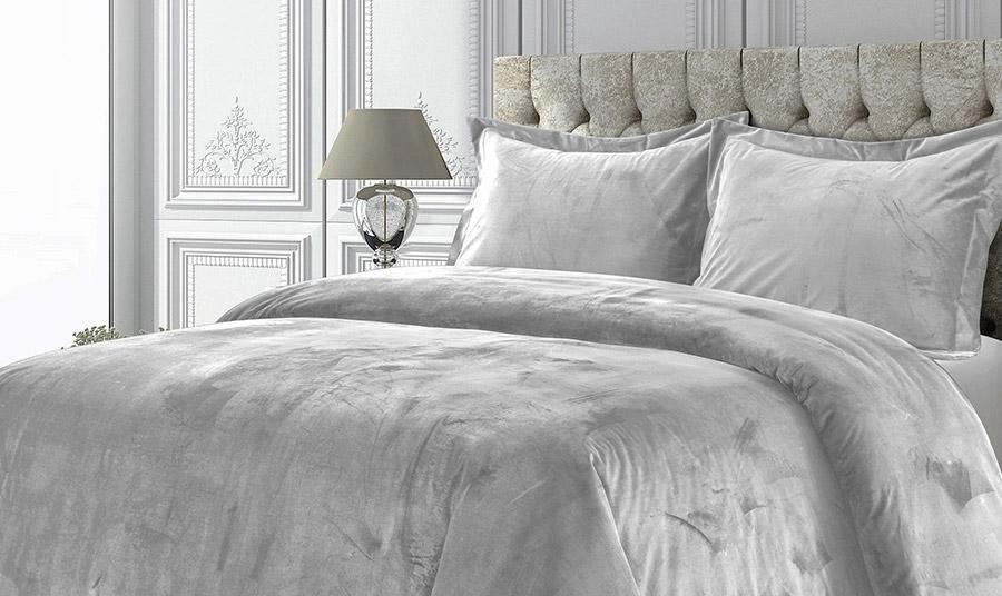 Ένα βελούδινο κάλυμμα στο κρεβάτι σας και μάλιστα σε λευκό ή απαλό γκρι χαρίζει πολυτέλεια, αριστοκρατικό ύφος και ζεστασιά στο υπνοδωμάτιο