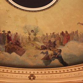 Το κτίριο κοσμείται από θαυμάσιες τοιχογραφίες στα ταβάνια του Ιταλού ζωγράφου Nazareno Orlandi