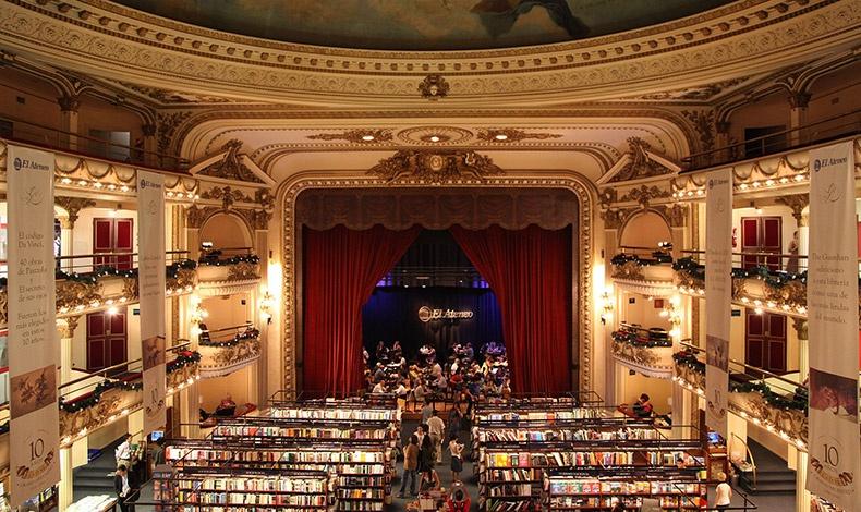 Το καφέ του βιβλιοπωλείου βρίσκεται στη σκηνή όπου κάποτε χόρευαν τα μεγαλύτερα αστέρια του τάνγκο