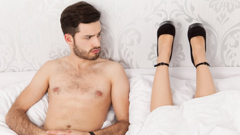 Κεφάλι με… πόδια: Η πιο περίεργη στάση