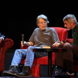 Ο Stephen King χαριεντιζόμενος με το κοινό που παραληρεί…