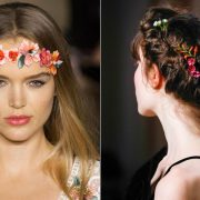 Στεφανάκι από λουλούδια που θυμίζει χίπις φορεμένο στο μέτωπο (Marchesa) // Φρέσκα λουλούδια στολίζουν τα μαλλιά (Valentino)