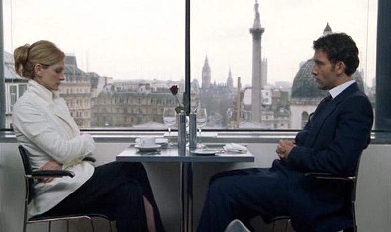 Κλάιβ Όουεν και Τζούλια Ρόμπερτς σε μία δύσκολη συζήτηση στο εστιατόριο The Portrait Restaurant στο Λονδίνο