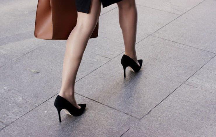 Οδηγίες για να βαδίζετε στα τακούνια σας... χωρίς πόνους αλλά με χάρη!