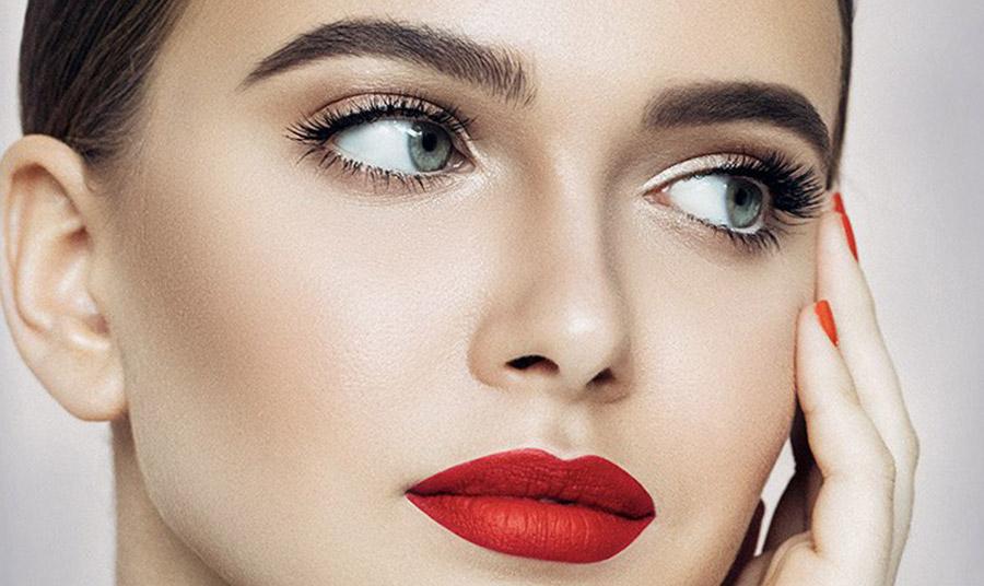 Glamorous και trendy πρόταση το κόκκινο κραγιόν με χρυσαφένια σκιά στα βλέφαρα και απαλό ροδακινί στα μάγουλα! Υιοθετήστε την άφοβα!