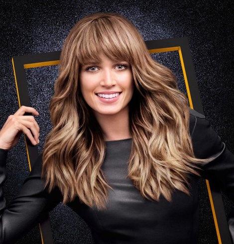 Τα κυματιστά μαλλιά ήταν μια από τις βασικές τάσεις γι' αυτή τη σεζόν. Η Helena Bordon έχει ένα look με πλούσια φράντζα και ένα ψυχρό χρώμα που την κάνει να ξεχωρίζει.