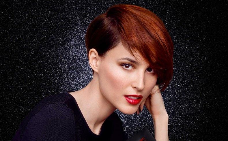 Η Γαλλίδα μοντέλο και ηθοποιός Loan Chabanol, με το πιο hot hairstyle: ένα κλασικό Pixie κούρεμα, που ολοκληρώνεται με ένα χάλκινο χρώμα στα μαλλιά