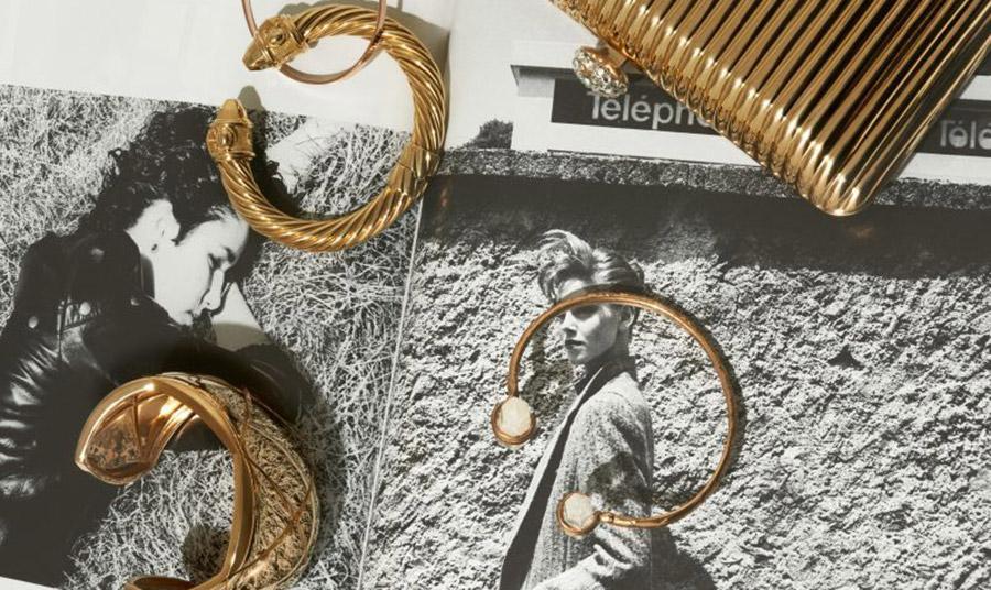 Χρυσός, από το όνειρο των αλχημιστών του Μεσαίωνα… στη σημερινή διάθεση για στολισμό. Τα χρυσά κοσμήματα σήμερα μας συνοδεύουν από το πρωί έως το βράδυ