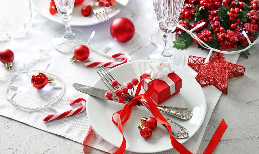 Λευκό και κόκκινο! Σκορπίστε κόκκινες μπάλες και αστέρια, βάλτε γκι και άλλα χαριτωμένα στολίδια στο στρώσιμο του γιορτινού τραπεζιού