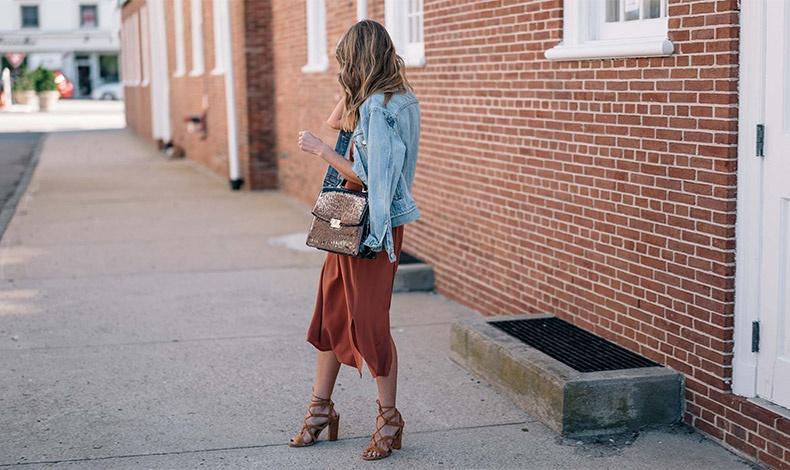 Ένα φόρεμα στην απόχρωση της τερακότας με τα ανάλογα παπούτσια και το τζιν σας σακάκι για όλες τις ώρες της ημέρας