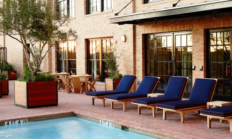 Η πισίνα του ξενοδοχείου όπου προσφέρονται εξαιρετικά κοκτέιλ