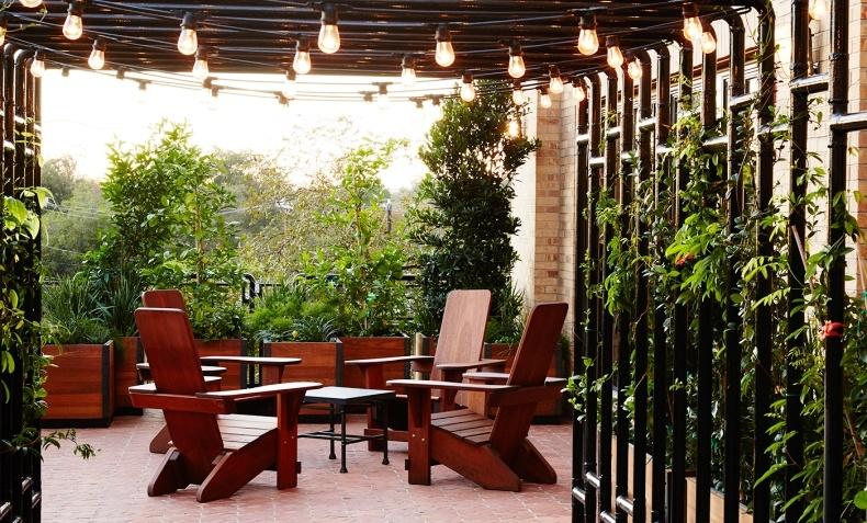 Οι απολαυστικοί, καταπράσινοι εξωτερικοί χώροι