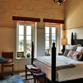 Τα δωμάτια έχουν διατηρήσει την ατμόσφαιρα του 19ου αιώνα και όλα έχουν διαφορετικά διακοσμητικά στοιχεία