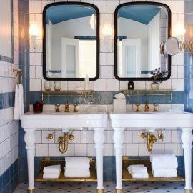 Τα μπάνια των δωματίων είναι θεαματικά και γεμάτα πολυτέλεια σε κάθε τους λεπτομέρεια