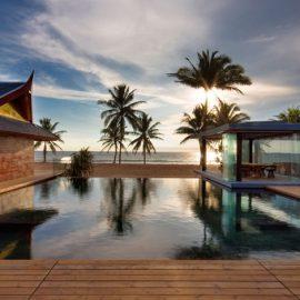 Ιδανική για στιγμές απόλυτης χαλάρωσης, η πισίνα «βλέπει» στην παραλία Νατάι και τη θάλασσα Ανταμάν