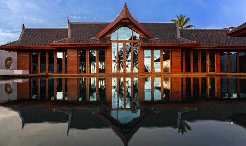 Το κεντρικό κτίσμα του Iniala Beach House είναι μια παραδοσιακή κατοικία της Ταϊλάνδης που σχεδόν καταστράφηκε από το τσουνάμι του 2004