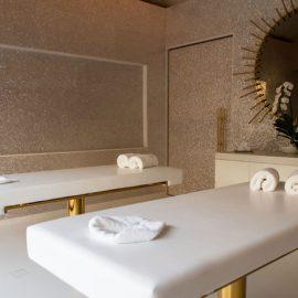 Στην Collectors Villa, οι αδερφοί Campana δημιούργησαν ένα spa με πολυτελή υλικά, όπως το φίλντισι και ο χαλκός