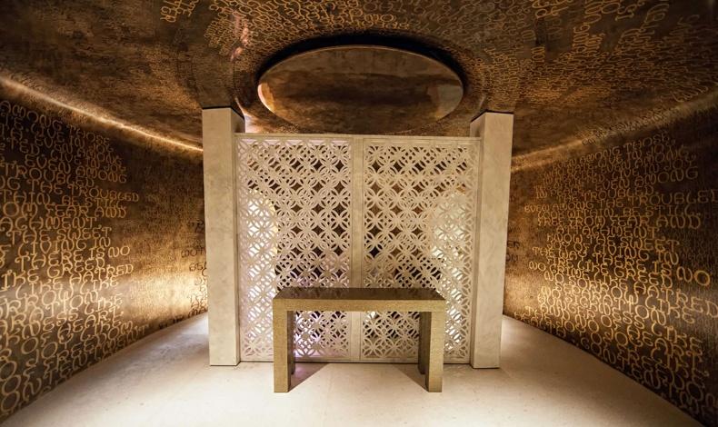Η Villa Siam είναι σχεδιασμένη από τον Eggarat Wongcharit και το spa της είναι εμπνευσμένο από την ταϊλανδέζικη κουλτούρα με βουδιστικές επιγραφές στους χρυσούς τοίχους