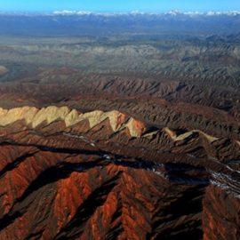 Η οροσειρά Τιανσάν στο Ξι-Γιανγκ στην Κίνα είναι ένα τοπίο με άγριες αντιθέσεις