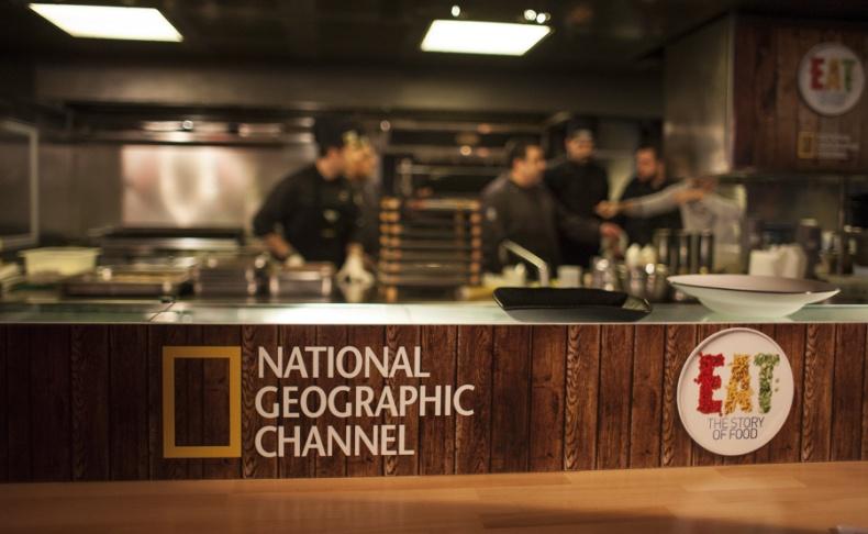 Στην ανοιχτή κουζίνα, ο chef και η ομάδα του μεγαλουργούν
