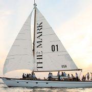 Το σκάφος, ένα 21μετρο ιστιοφόρο σχεδιασμένο από την Herreshoff, διαθέτει όλες τις ανέσεις για μια χαλαρωτική βόλτα