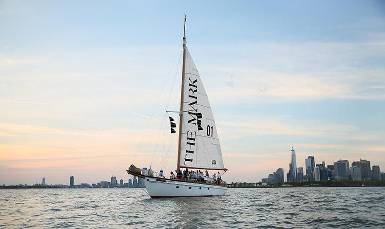 Το τρίωρο ταξίδι γύρω από το Μανχάταν (από τη μαρίνα North Cove στην TriBeCa και μέχρι το λιμάνι της Νέας Υόρκης) προσφέρεται μέχρι και τον Σεπτέμβριο