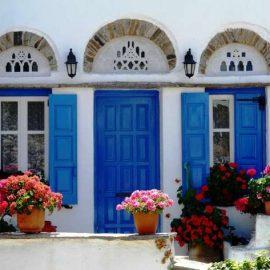 Χαρακτηριστικό τηνιακό σπίτι, γεμάτο χρώματα κι αρώματα!
