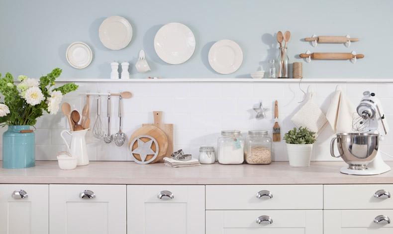 Τόσα χρόνια θα θέλαμε να διακοσμήσουμε τα πλακάκια της κουζίνας μας αλλά φοβόμασταν ότι θα τα σπάσουμε ή ό,τι θα τρυπήσουμε λάθος! Τώρα όμως, υπάρχει η λύση για όσες δοκιμές θέλουμε!